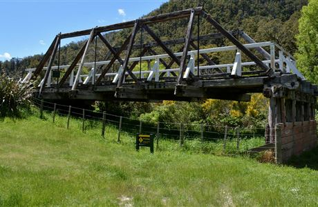 how to travel from picton to christchurch